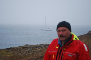Pappa på Bjørnøya på vei nordover med båten.