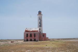 Midt på øya ligger den fraflyttede fyrlykta. Nå sørger solceller og teknikk for at den blinker om natta.