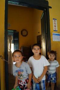 Guttene foran rommet der Simon Bolivar døde. Legg merke til klokka.