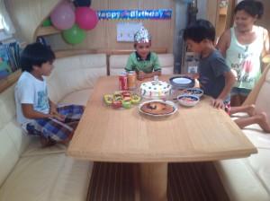 John Kenneth 5 år, det ble både kake og gaver!