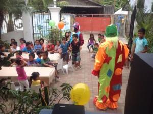 Så var gjester og klovner på plass, det ble mat og godis på alle, og trylling så øynene ble store på ungene.