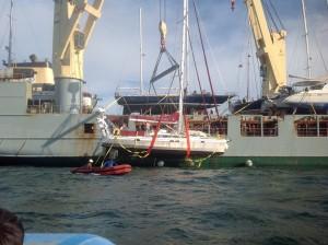 Her løftes båtenvår, klar for Middelhavet.